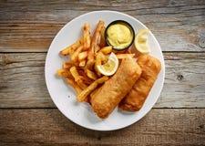 Platta av fisken och chiper royaltyfri fotografi
