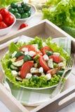 Platta av grön sallad med grönsaker och feta, bästa sikt Arkivbilder