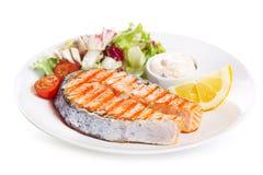 Platta av grillad laxbiff med grönsaker Arkivfoton