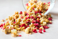 Platta av hemlagad mysli med cornflakes, freezedried tranbär, kasju, kanderad frukt, russin Royaltyfri Fotografi