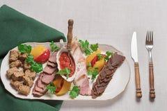 Platta av köttläckerheter av vildsvinet, lös and, älg, bästa sikt för hare, närbild royaltyfri bild