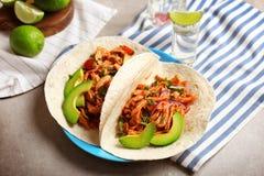 Platta av läckra taco med tequilalimefrukthöna på tabellen royaltyfria foton