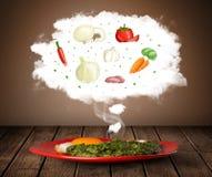 Platta av mat med grönsakingrediensillustrationen i moln Royaltyfri Foto