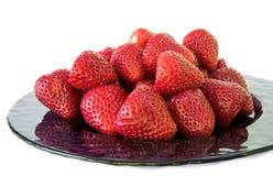 Platta av nya valda jordgubbar Arkivfoto
