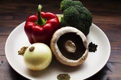 Platta av organiska grönsaker som är klara för krukan arkivbild