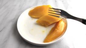 Platta av på burk mango som ätas arkivfilmer
