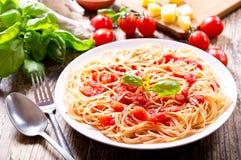 Platta av pasta med tomatsås royaltyfri bild