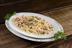 platta av pasta som isoleras på vit Royaltyfri Fotografi