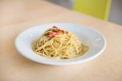platta av pasta som isoleras på vit Arkivbilder