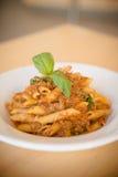 platta av pasta som isoleras på vit Arkivbild