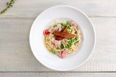 Platta av pastabacon, ost, körsbärsröda tomater Royaltyfri Bild