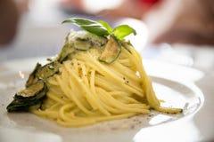 Platta av pastsaspagetthien med ost- och avokadobasilikapesto sa arkivfoton