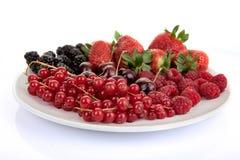 Platta av röda sommarfrukter och bär arkivbild