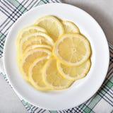 Platta av skivade citroner royaltyfri foto