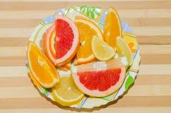 Platta av skivade citrusfrukter för ‹för †royaltyfri foto