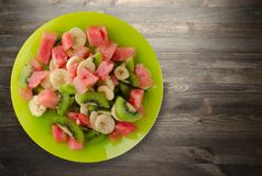 Platta av sund sallad för ny frukt på träbakgrund Arkivbild