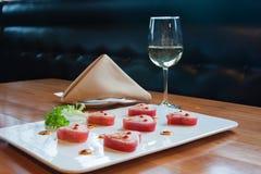 Platta av sushi med vin Arkivbild