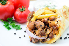 Platta av traditionella grekiska pitabrödgyroskop med kött, stekte potatisar, Arkivfoton
