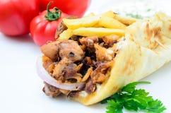 Platta av traditionella grekiska pitabrödgyroskop med kött, stekte potatisar, Royaltyfria Foton
