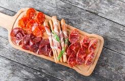 Platta för kallt kött för Antipastouppläggningsfat med grissinibrödpinnar, pr arkivbilder