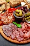 Platta för kallt kött med salami, chorizokorven och prosciuttoskinka royaltyfri bild