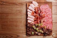 Platta för kallt kött, skivor prosciutto, skinka, knyckigt för nötkött, korv Arkivbilder