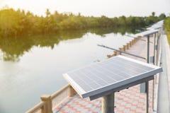 Platta för sol- cell på gåvägen bredvid floden sol- energi för konverterat till elkraft Royaltyfria Foton