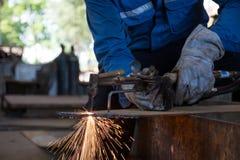Platta för stål för Woker klippmetall vid processsyre och acetylen, Fotografering för Bildbyråer