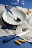 Platta gaffel, exponeringsglas på den blåa tabellen Royaltyfri Foto