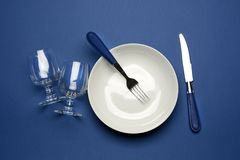 Platta gaffel, exponeringsglas på den blåa tabellen Arkivbild