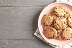 Platta med choklade kakor och utrymme för text på trätabellen fotografering för bildbyråer