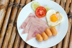 Platta med den klassiska frukosten på en bambutabell Royaltyfri Bild