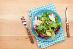 Platta med den nya sallad, kniven och gaffeln banta mat Royaltyfri Bild