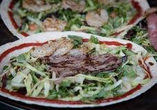 Platta med den nya sunda grönsaker, kött och fisken Royaltyfri Fotografi
