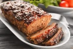 Platta med den smakliga bakade kalkonköttfärslimpan royaltyfri foto