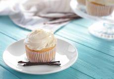 Platta med den smakliga vaniljmuffin arkivfoton