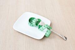 Platta med en gaffel och ett mätande band Fotografering för Bildbyråer