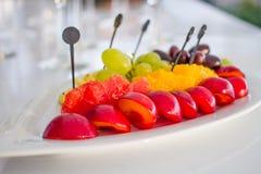 Platta med frukter på tabellen Royaltyfria Bilder