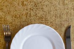 Platta med gaffeln och kniven arkivbild