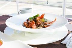 Platta med grönsaker och kött Arkivfoto