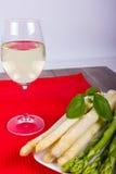 Platta med grönt och vitt sparris och vin Royaltyfri Foto