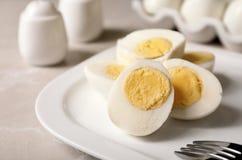 Platta med hårda kokta ägg royaltyfri foto