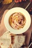 Platta med hummusdoppet och pitabröd, en allmänning Arkivfoton