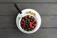Platta med jordgubbar och söta körsbär Fotografering för Bildbyråer
