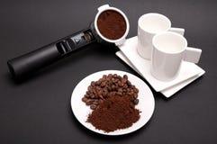 Platta med kaffe, espressofilterhållaren och två koppar Fotografering för Bildbyråer