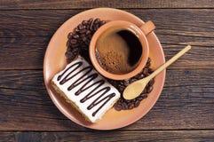 Platta med kaffe och den krämiga kakan Fotografering för Bildbyråer