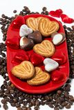 Platta med kakor, godisar och kaffe för dag för St-valentin` s royaltyfri foto