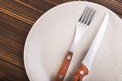 Platta med kniven och gaffeln Arkivbilder