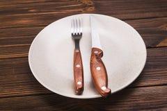 Platta med kniven och gaffeln Royaltyfri Foto