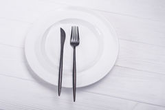 Platta med kniven och gaffeln Arkivfoton